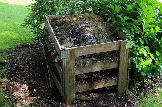 компостная куча из старых поддонов