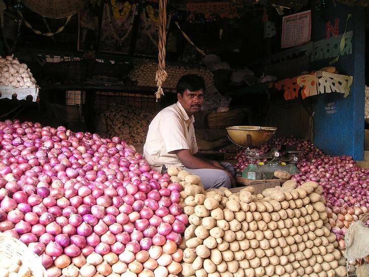 Картошка по семь рублей за кило, помидоры по три: обвал цен в Индии