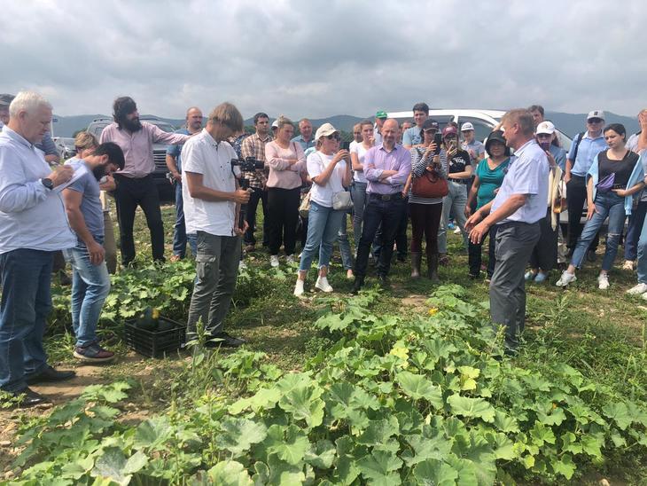 Уроки выращивания тыквы по японскому органическому стандарту JAS прошли на базе приморского фермера энтузиаста